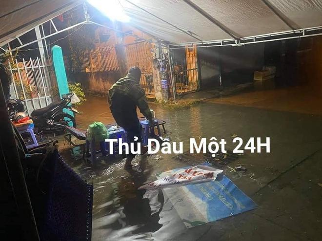 Các cán bộ ngồi co ro trong mưa lạnh, trắng đêm bám trụ tại chốt kiểm dịch: Khoảnh khắc cuối tuần khiến tất cả xót xa - Ảnh 4.