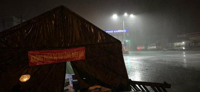 Các cán bộ ngồi co ro trong mưa lạnh, trắng đêm bám trụ tại chốt kiểm dịch: Khoảnh khắc cuối tuần khiến tất cả xót xa - Ảnh 3.