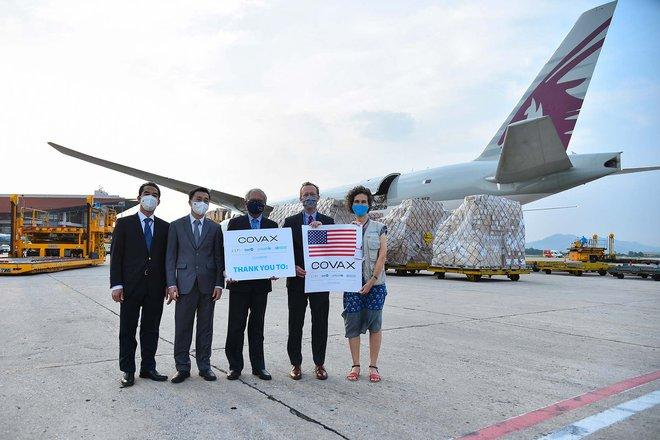 Cận cảnh hơn 1.5 triệu liều vaccine Covid-19 Mỹ tài trợ tới Sân bay Nội Bài; Malaysia gánh kỷ lục đau thương mới - Ảnh 4.