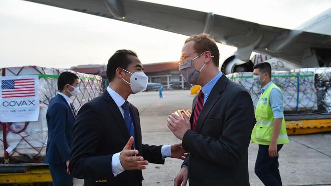 Cận cảnh hơn 1.5 triệu liều vaccine Covid-19 Mỹ tài trợ tới Sân bay Nội Bài; Malaysia gánh kỷ lục đau thương mới - Ảnh 3.