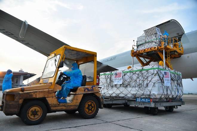 Cận cảnh hơn 1.5 triệu liều vaccine Covid-19 Mỹ tài trợ tới Sân bay Nội Bài; Malaysia gánh kỷ lục đau thương mới - Ảnh 1.