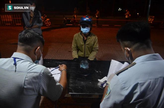 Đường phố TP.HCM vắng tanh, duy nhất 1 trường hợp ra đường sau 18h bị phạt 2 triệu đồng - Ảnh 10.
