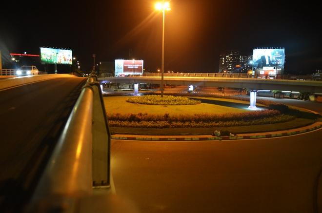 Đường phố TP.HCM vắng tanh, duy nhất 1 trường hợp ra đường sau 18h bị phạt 2 triệu đồng - Ảnh 6.