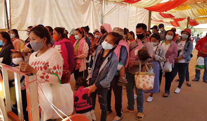 Biên giới Campuchia báo động vì số ca nhiễm COVID-19 cao, bệnh nhân nguy kịch chết trên đường cấp cứu - Ảnh 1.
