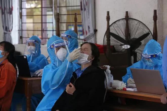 Sáng nay, Hà Nội phát hiện 55 ca dương tính; Một công ty test nhanh phát hiện 240 công nhân dương tính nhưng giấu kết quả - Ảnh 1.