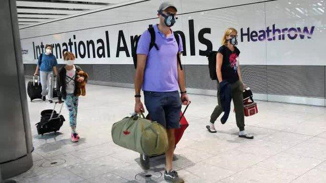 Anh thả cửa cho người dân, số ca nhiễm COVID mới tụt hẳn 50%: Dân hồ hởi xóa ứng dụng truy vết, cơ quan y tế đau đầu - Ảnh 1.