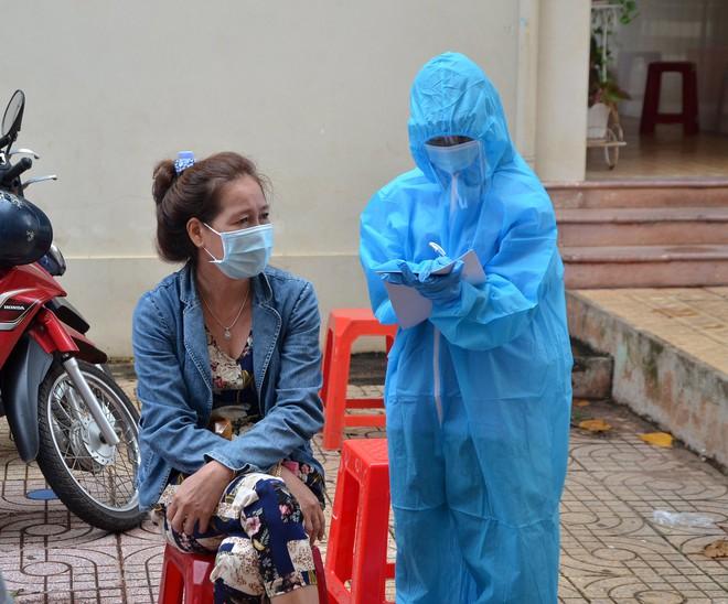 Đề nghị xử lý thanh niên nhổ nước bọt ra thang máy ở Hà Nội, đưa đi xét nghiệm COVID-19; UBND quận 3 báo cáo về trường hợp 1 người tử vong tại nhà - Ảnh 1.