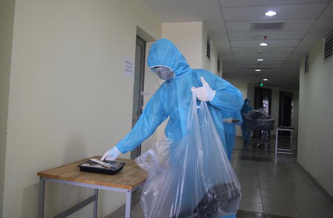 Nữ cán bộ phường ở Tây Hồ ưu ái người thân tiêm vắc xin Covid-19 bị chấm dứt hợp đồng; Hà Nội phát hiện thêm 35 ca dương tính - Ảnh 1.