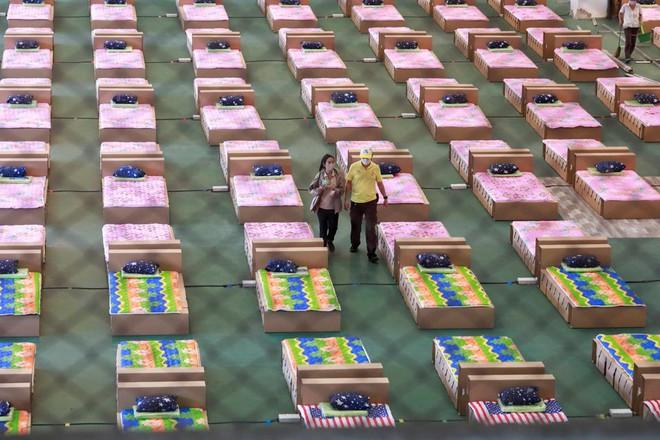 COVID-19 diễn biến xấu, Thái Lan xây bệnh viện dã chiến 1.800 giường ở sân bay - Ảnh 1.