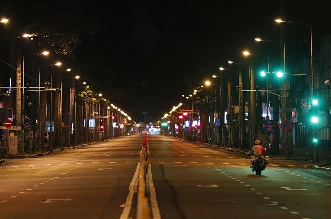 Đường phố vắng về đêm nhưng vẫn đông ban ngày, TP.HCM có thể kéo dài thời gian giãn cách xã hội. Thêm 2.821 ca mắc COVID-19 mới - Ảnh 1.