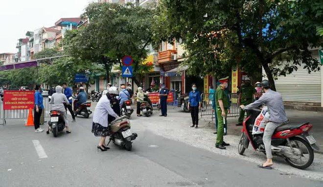 Hà Nội: 2 vợ chồng làm loạn chốt kiểm soát vì không được vào chợ; có 39 ca dương tính, 16 ca trong cộng đồng - Ảnh 1.