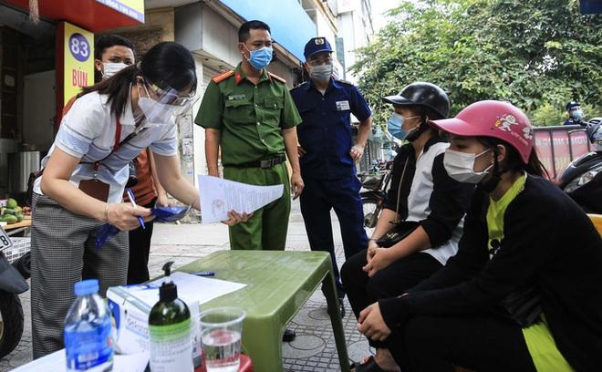 Hà Nội: 2 vợ chồng làm loạn chốt kiểm soát vì không được vào chợ; có 39 ca dương tính, 16 ca trong cộng đồng - Ảnh 2.