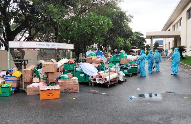 Phạt 6 triệu với 2 vợ chồng làm loạn chốt kiểm soát vì không được vào chợ. Ghi nhận 39 ca dương tính trong hôm nay tại Hà Nội - Ảnh 1.