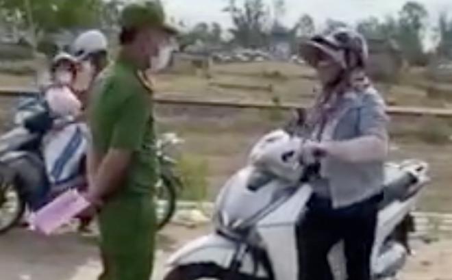 Người phụ nữ làm loạn ở chốt kiểm soát dịch, lớn tiếng với chiến sĩ công