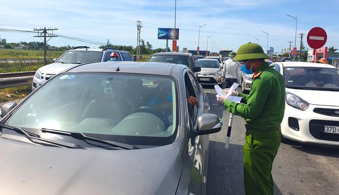 Tài xế ngỡ ngàng vì bị chặn khi vào TP. Vinh, nhiều người ký giấy tờ trên chốt phong tỏa dịch - Ảnh 7.