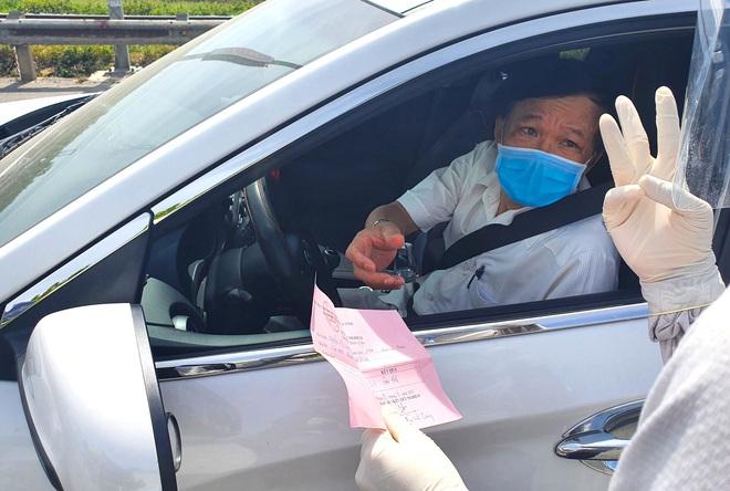 Tài xế ngỡ ngàng vì bị chặn khi vào TP. Vinh, nhiều người ký giấy tờ trên chốt phong tỏa dịch - Ảnh 4.