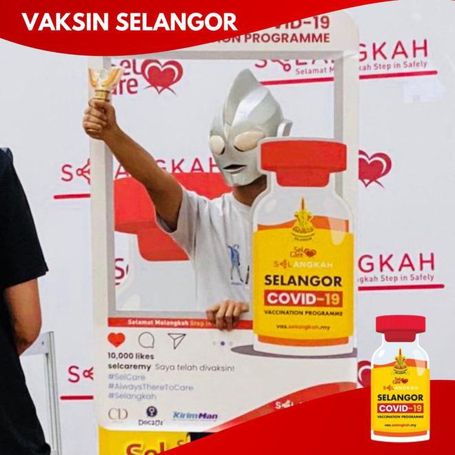 """Muôn kiểu """"lên đồ"""" sáng tạo của người dân Malaysia khi đi tiêm vaccine phòng Covid-19 - Ảnh 1."""