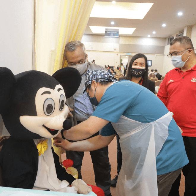 """Muôn kiểu """"lên đồ"""" sáng tạo của người dân Malaysia khi đi tiêm vaccine phòng Covid-19 - Ảnh 3."""