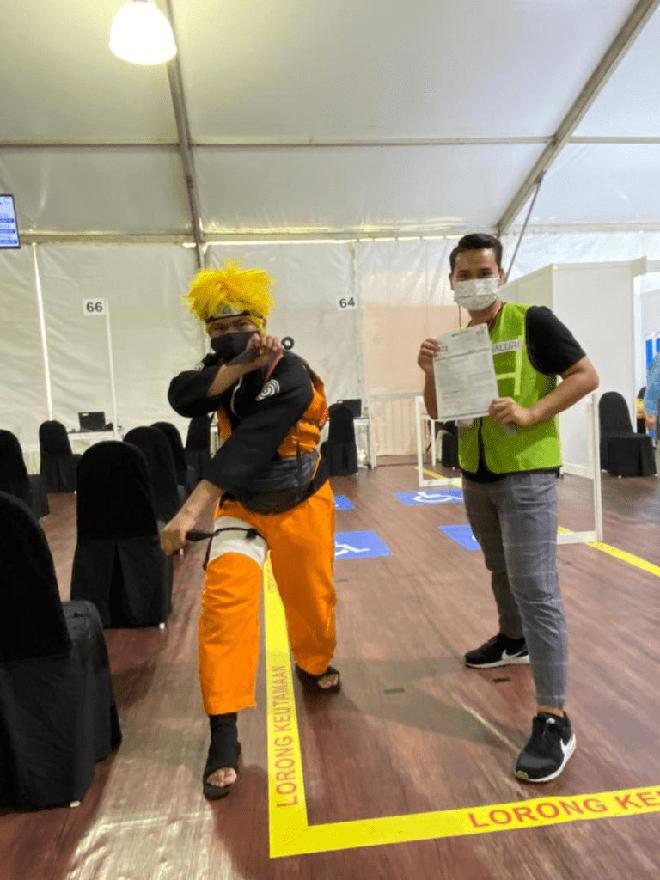"""Muôn kiểu """"lên đồ"""" sáng tạo của người dân Malaysia khi đi tiêm vaccine phòng Covid-19 - Ảnh 4."""