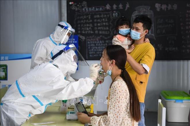 Covid diễn biến nguy hiểm ở ĐNÁ; Trung Quốc phát hiện nguồn lây ở Nam Kinh, liên tục đình chỉ máy bay để ngắt mạch - Ảnh 1.