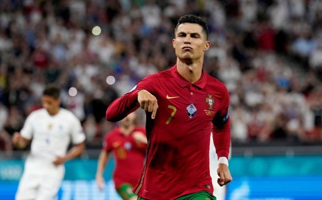 Sau màn ném băng đội trưởng gây tranh cãi, Ronaldo bất ngờ sáng cửa có danh hiệu Euro 2020