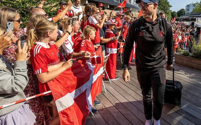 Đội tuyển Đan Mạch được chào đón như những người hùng khi về nước, các fan