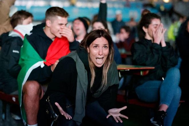 CĐV tuyển Ý khoá môi nồng nhiệt mừng vé đá chung kết Euro 2020 - Ảnh 3.