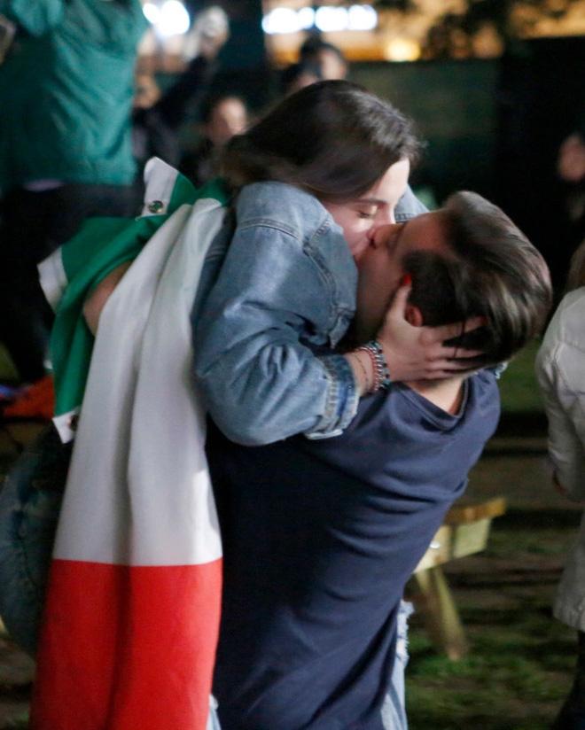 CĐV tuyển Ý khoá môi nồng nhiệt mừng vé đá chung kết Euro 2020 - Ảnh 5.