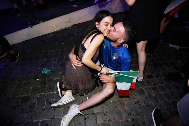 CĐV tuyển Ý khoá môi nồng nhiệt mừng vé đá chung kết Euro 2020 - Ảnh 7.