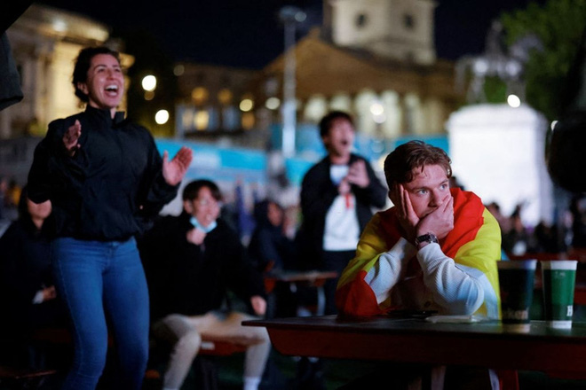 CĐV tuyển Ý khoá môi nồng nhiệt mừng vé đá chung kết Euro 2020 - Ảnh 8.
