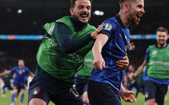 Ảnh: Tuyển Italy ăn mừng cuồng nhiệt sau chiến thắng tại bán kết Euro 2020