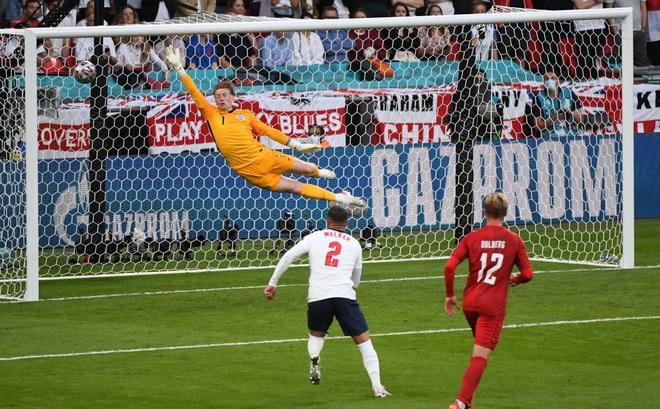 Nhận bàn thua từ quả đá phạt, thủ môn đội tuyển Anh bị chỉ trích giống hệt Đặng Văn Lâm