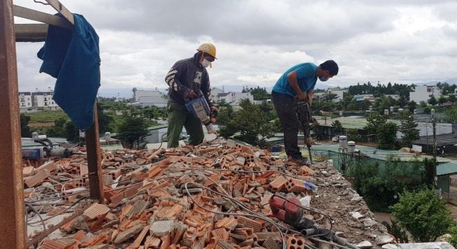 Cận cảnh tháo dỡ căn biệt thự khủng không phép tọa lạc ngay trung tâm TP Bảo Lộc - Ảnh 1.