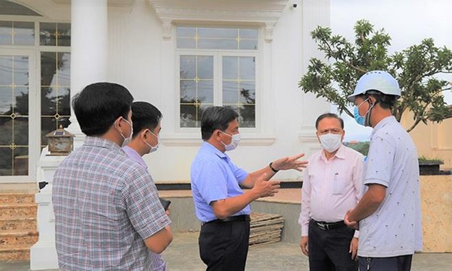 Cận cảnh tháo dỡ căn biệt thự khủng không phép tọa lạc ngay trung tâm TP Bảo Lộc - Ảnh 2.