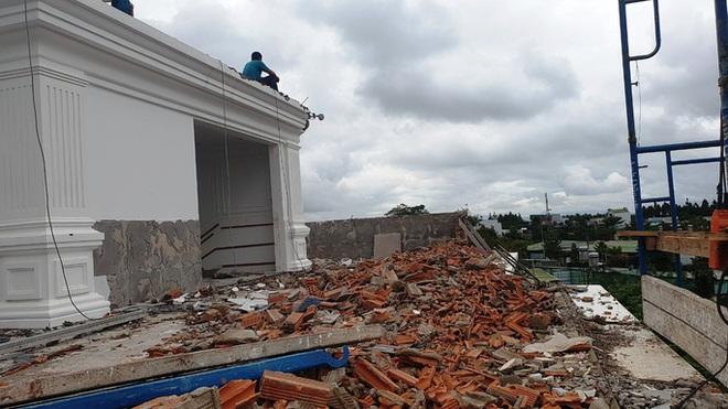 Cận cảnh tháo dỡ căn biệt thự khủng không phép tọa lạc ngay trung tâm TP Bảo Lộc - Ảnh 3.