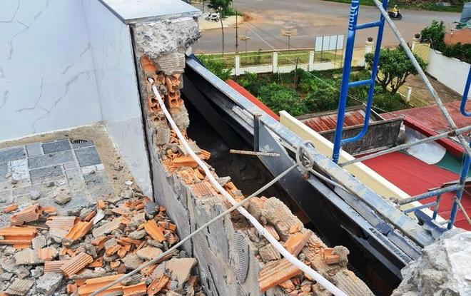 Cận cảnh tháo dỡ căn biệt thự khủng không phép tọa lạc ngay trung tâm TP Bảo Lộc - Ảnh 5.