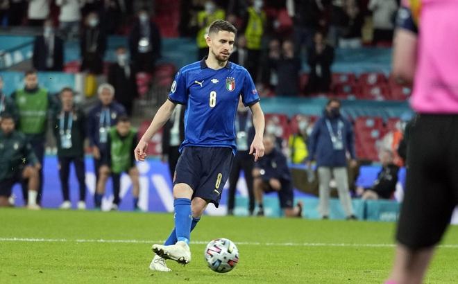 Carragher dự Anh thắng Italia ở loạt đá luân lưu