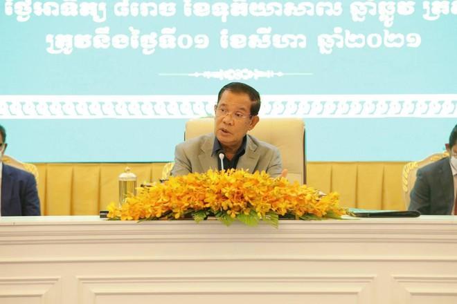 Cháu ông Hun Sen tiêm vaccine Sinovac Trung Quốc; Nhà xác Thái Lan dùng xe đông lạnh vì ca tử vong nhiều - Ảnh 1.