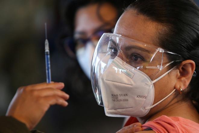 Trung Quốc đang cân nhắc tiêm mũi vaccine thứ 3 cho 1 nhóm đối tượng - 80.000 liều vaccine Pfizer sắp bị ra bãi rác ở Israel - Ảnh 1.