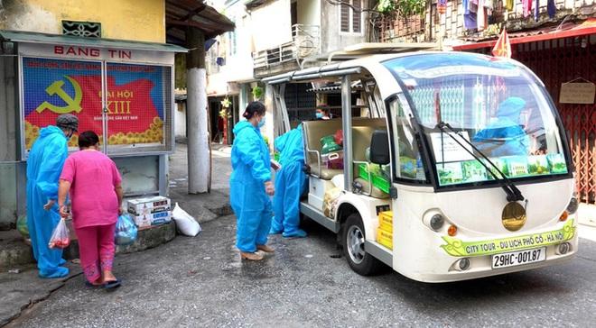 Hà Nội: Xe điện chở lương thực vào tận nhà người dân đang bị cách ly ở Chương Dương - Ảnh 1.