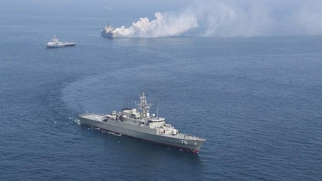 """Phi công Su-34 Nga """"thẳng tay"""" nã đạn nhờ thiết bị đặc biệt của Mỹ - Một loạt tàu mất quyền điều khiển ở Vịnh Oman - Ảnh 1."""
