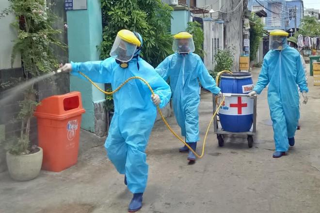 8 tấn thiết bị y tế từ Hà Nội đến ga Sài Gòn trong đêm hỗ trợ chống dịch COVID-19; Gần 7,6 triệu liều vắc xin COVID-19 đã được tiêm - Ảnh 1.