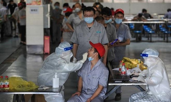 Dân Vũ Hán tự tin khi bom lại dội xuống đầu; Tiêm vaccine Sinopharm, Pfizer, Moderna ở Việt Nam đặc biệt lưu ý 1 điều! - Ảnh 1.