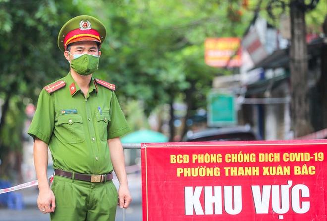 Khẩn: Tìm người đến hàng loạt địa điểm ở Hà Nội như chợ Châu Long, Vinmart, trường tiểu học... Hà Nội chính thức giãn cách xã hội thêm 15 ngày - Ảnh 1.