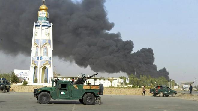 NÓNG: Nổ cực lớn rung chuyển Thủ đô Kabul của Afganistan - Trung Quốc nổi giận đùng đùng đòi chĩa tên lửa hạt nhân vào Australia! - Ảnh 1.