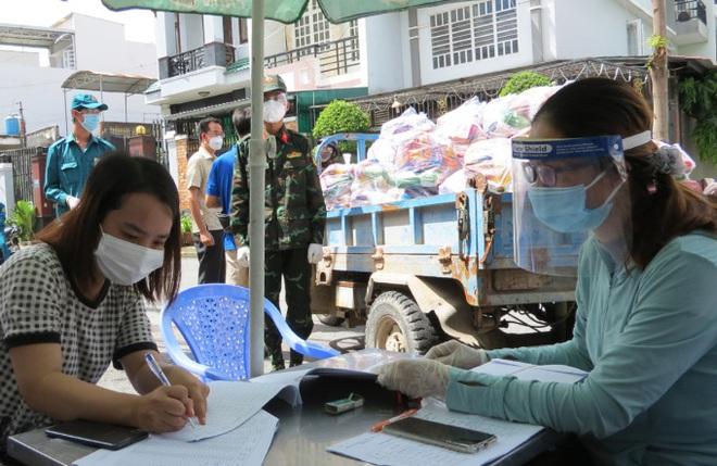Hà Nội vẫn kiểm soát giấy đi đường. Chính phủ chi hơn 2.000 tỷ đồng mua 20 triệu liều vắc xin Pfizer cho trẻ em - Ảnh 1.