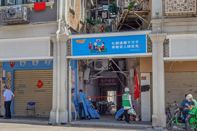 Thông tin sốc về ổ dịch ở TQ - Hé lộ chi tiết cực kỳ nguy hiểm; Tiêm chủng số 1 ĐNÁ, láng giềng Việt Nam bất ngờ phá kỷ lục buồn - Ảnh 1.