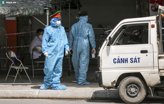 Thông tin mới nhất vụ nữ giáo viên tiêm 2 mũi vắc xin chỉ cách nhau 10 phút. Lãnh đạo xã, phường phải khiêng người chết vì Covid-19 đi chôn: Cảnh báo từ chuyên gia - Ảnh 3.