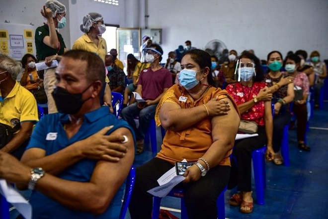 Láng giềng sát vách Việt Nam thử nghiệm táo bạo, số người được tiêm có thể tăng 5 lần - Kỷ lục buồn ở Mỹ - Ảnh 1.