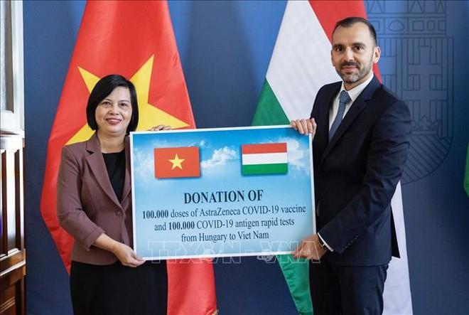 Việt Nam nhận quà quý từ đối tác quan trọng ở châu Âu - Cảnh éo le của nhà lãnh đạo chưa tiêm vaccine khi sang Mỹ - Ảnh 1.